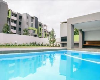 世紀公寓酒店 - 開普敦 - Edgemead - 游泳池