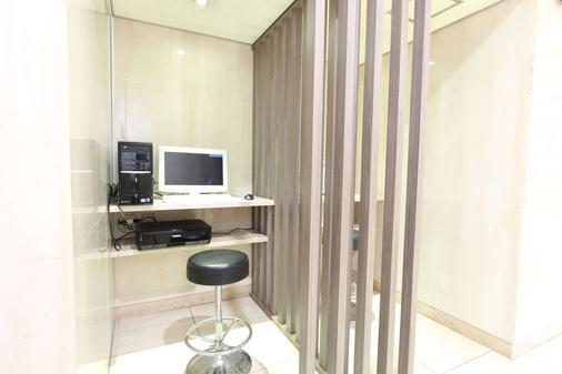 SureStay Plus Hotel by Best Western Shin-Osaka - Osaka - Business center