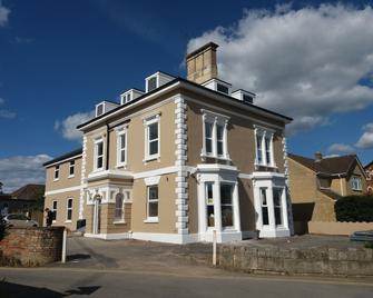 Five Valleys Aparthotel - Stroud - Building