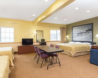 Super 8 by Wyndham Osage - Osage - Bedroom