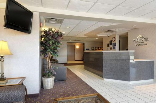 Microtel Inn & Suites by Wyndham Bloomington/Minneapolis - Bloomington - Front desk