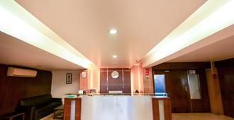 Hotel Lucky Goregaon - Mumbai - Front desk