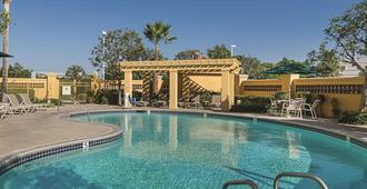 لا كينتا إن آند سويتس باي ويندام أونتاريو أيربورت - أونتاريو (كاليفورنيا) - حوض السباحة