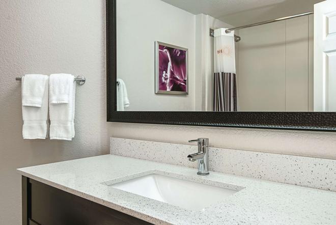 La Quinta Inn & Suites by Wyndham Ontario Airport - Ontario - Bathroom