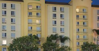 La Quinta Inn & Suites by Wyndham Ontario Airport - Ontario - Κτίριο