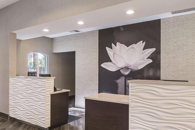 La Quinta Inn & Suites by Wyndham Ontario Airport - Ontario - Front desk