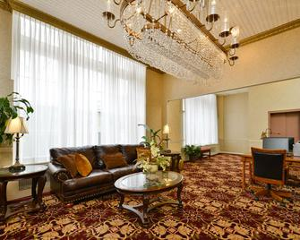 Genetti Hotel, SureStay Collection by Best Western - Williamsport - Living room