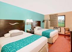 Howard Johnson by Wyndham Waterloo/Cedar Falls - Waterloo - Bedroom