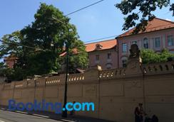 Charles Square Hostel - Prague - Outdoors view