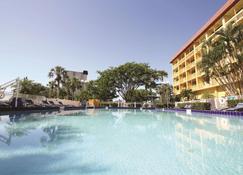 La Quinta Inn & Suites by Wyndham Coral Springs Univ Dr - Coral Springs - Piscina