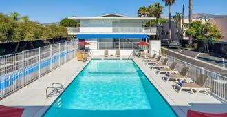 Motel 6 Santa Barbara State Street - Santa Barbara - Pool