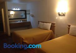 Mount-N-Lake Motel - Wofford Heights - Bedroom