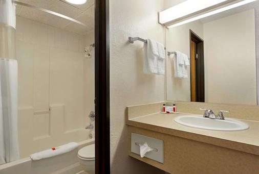 Howard Johnson by Wyndham Billings - Billings - Bathroom