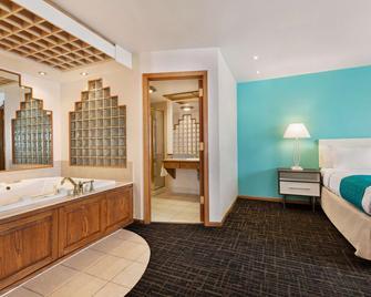 Howard Johnson by Wyndham Billings - Billings - Bedroom