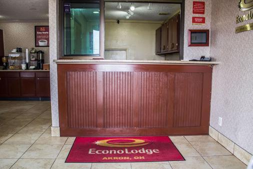 Econo Lodge - Akron - Front desk