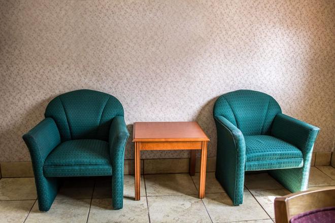 Econo Lodge - Akron - Living room