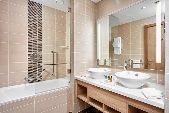 Hilton Garden Inn Dubai Mall Of The Emirates - Dubai - Bathroom