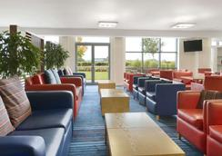 Ramada Encore by Wyndham Doncaster Airport - Doncaster - Lounge