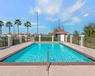 La Quinta Inn & Suites by Wyndham Winnie - Winnie - Zwembad