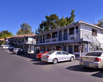 Americas Best Value Inn & Suites Clearlake Wine Country - Clearlake - Gebouw