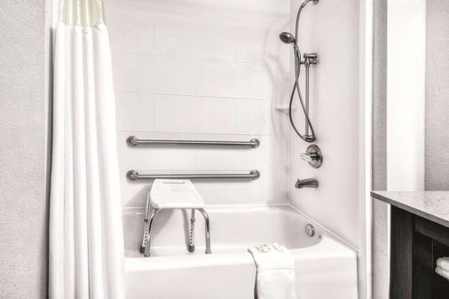 La Quinta Inn & Suites by Wyndham Victoria - South - Victoria - Baño