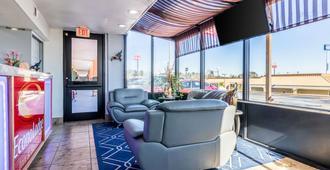 Econo Lodge Inn & Suites - Macon - Living room