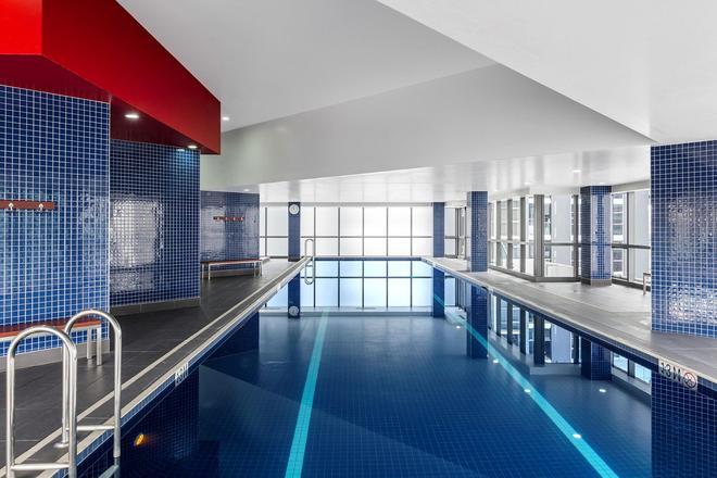 Meriton Suites Adelaide Street - Brisbane - Bể bơi