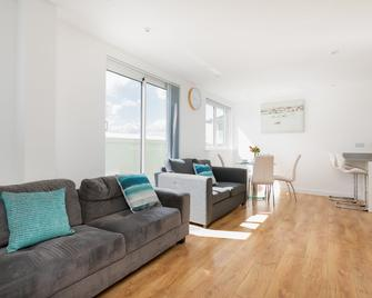 Skyvillion Tower Point - Enfield - Living room