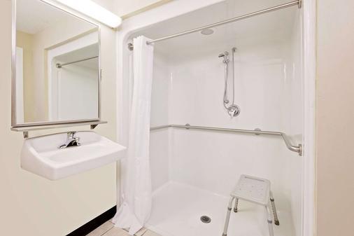 Baymont by Wyndham Battle Creek Downtown - Battle Creek - Bathroom