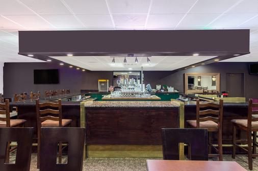 Ramada by Wyndham Fresno North - Fresno - Bar
