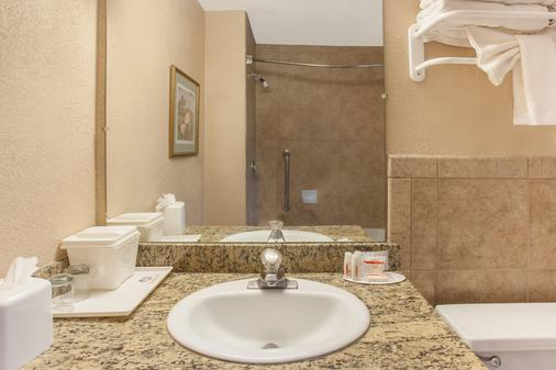 Ramada by Wyndham Fresno North - Fresno - Baño