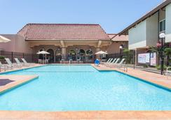Ramada by Wyndham Fresno North - Fresno - Piscina