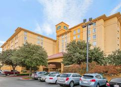 La Quinta Inn & Suites by Wyndham San Antonio Airport - San Antonio - Building