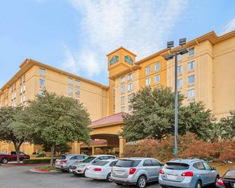 La Quinta Inn & Suites by Wyndham San Antonio Airport - San Antonio - Building
