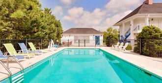 Baymont by Wyndham Cleveland - Cleveland - Pool