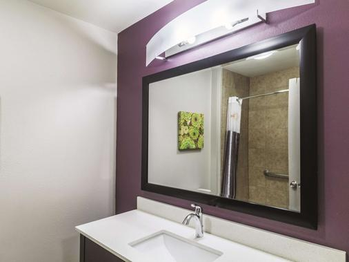La Quinta Inn & Suites by Wyndham Mission at West McAllen - Mission - Bathroom