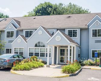 Microtel Inn & Suites by Wyndham Bethel/Danbury - Bethel - Gebäude