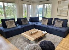 Luxury Cabin~Panoramic Water Views~Private Getaway - Coos Bay - Living room