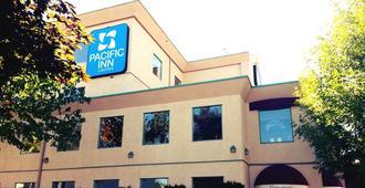 Pacific Inn & Suites - Kamloops - Building