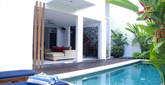 Delu Villas & Suite - North Kuta - בריכה