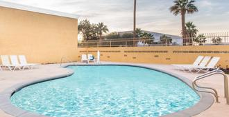 Days Inn by Wyndham Indio - Indio - Bể bơi