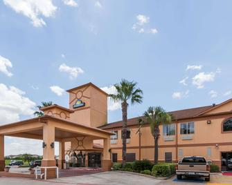 Days Inn & Suites by Wyndham Pasadena - Pasadena - Building