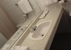 Empress Inn and Suites by Elevate Rooms - Niagara Falls - Bathroom