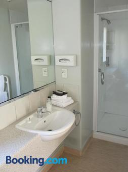 Alhambra Oaks Motor Lodge - Dunedin - Bathroom