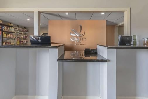 Quality Inn and Suites Stuttgart North - Stuttgart - Rezeption