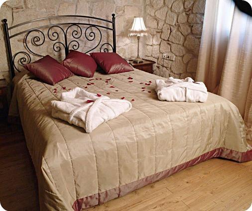 Petrino Suites Hotel - Afytos - Schlafzimmer