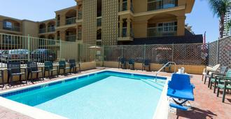 Travelodge by Wyndham Long Beach Convention Center - Long Beach - Piscina