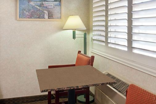 Travelodge by Wyndham Long Beach Convention Center - Long Beach - Dining room