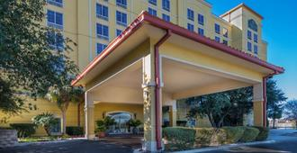 La Quinta Inn & Suites by Wyndham San Antonio Medical Ctr NW - San Antonio - Building