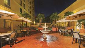 La Quinta Inn & Suites by Wyndham San Antonio Medical Ctr NW - San Antonio - Patio